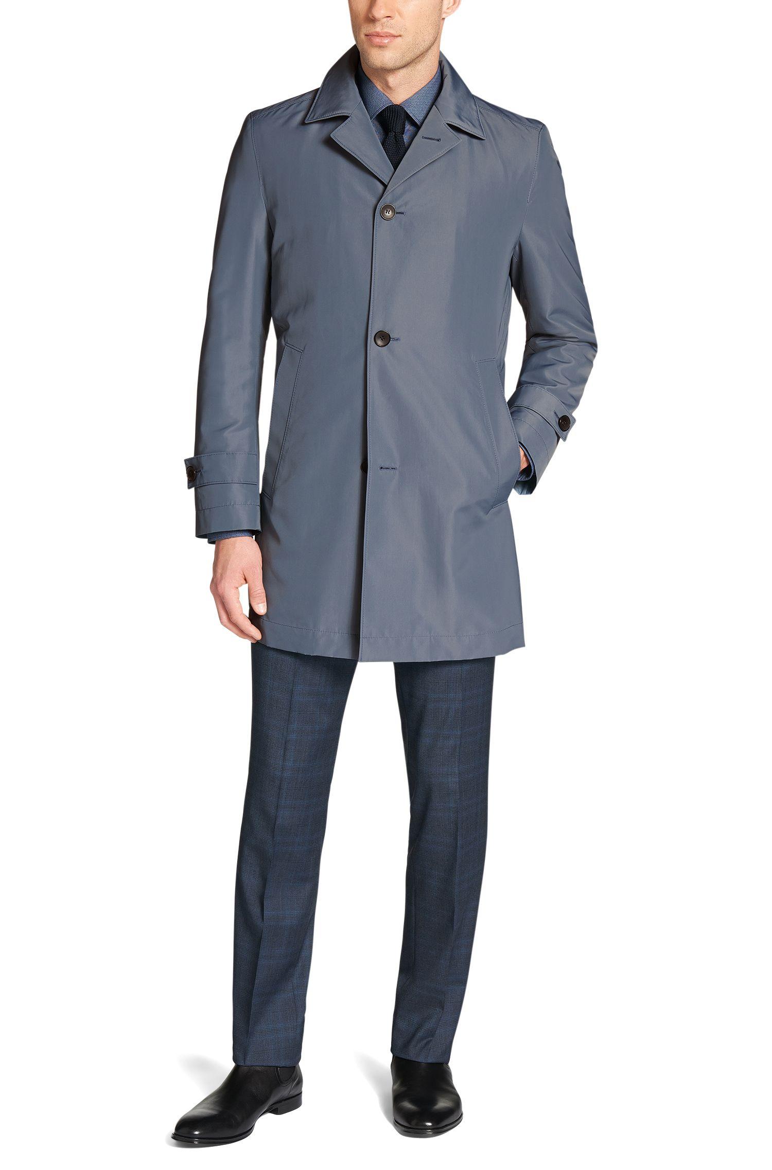 En diseño de corte recto que tiene un punto clásico gracias a los cierres en los hombros y mangas, además del cuello con solapa. Este abrigo conjunto combina fácilmente con estilos muy diferentes.