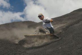 Turismo de aventura innovador: Surfear un volcán