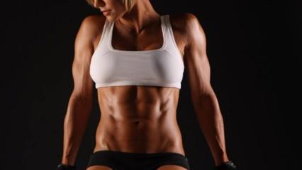 Mujer haciendo musculación