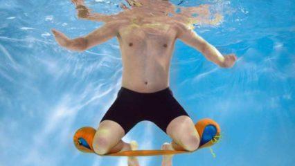 Deportista practicando aquagym
