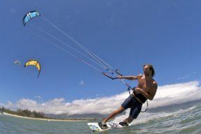 Kitesurf navegar con viento racheado