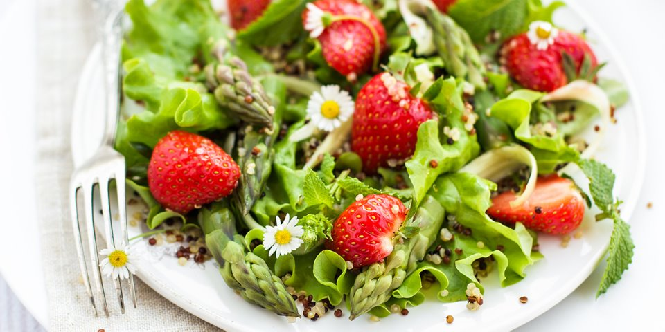 Ensalada de quinoa, fresas y espárragos