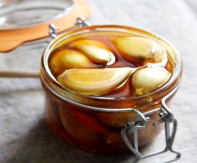 Tarro de ajo con miel