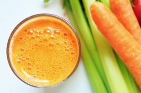 Zumo de apio, zanahorias y lino para fortalecer el colon