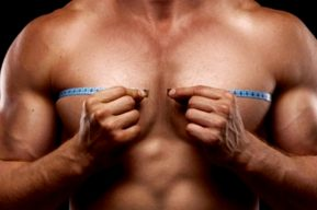 Los implantes pectorales dan al torso un aspecto más viril