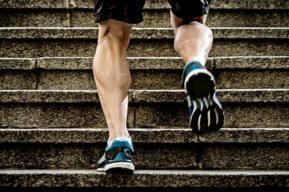 Practicar musculación subiendo escaleras