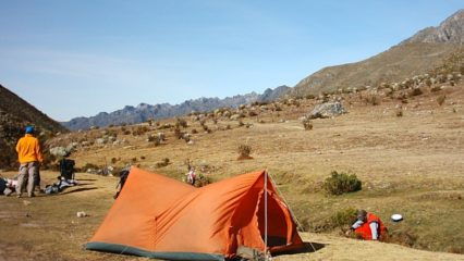 Campamento en la montaña y seguridad