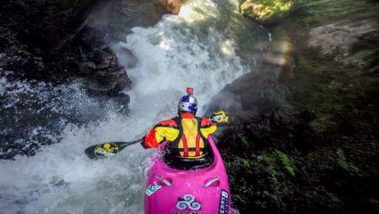 Salto de cascada en kayak