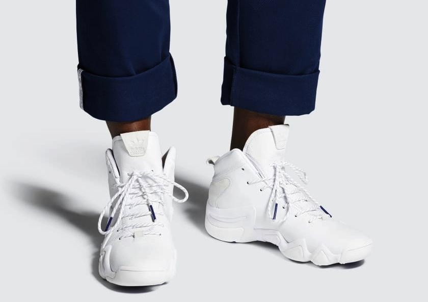 Traje y zapatillas de deporte, una combinación casual 1