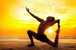 Las ventajas de practicar yoga en la playa