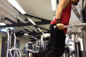 Los dips para trabajar los pectorales y los tríceps